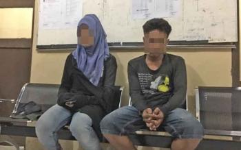 Seorang waria berinisial AS alias Lauren (kiri) dan RB alias Budi duduk di kantor Satpol PP sebelum diinterogasi, Kamis (23/3/2017) malam. Keduanya digerebek saat memadu kasih di wilayah Pangkalan Bun Park.\\