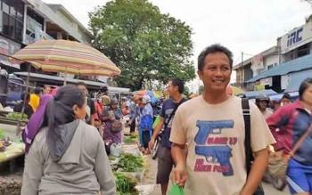 Anggota DPRD Kota Palangka Raya Beta Syailendra saat berbelanja di pasar tradisional.