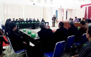 Kegiatan penerimaan peserta KKN Sekolah Tinggi Agama Hindu Negeri Tampung Payang (STAHN-TP) Palangkaraya di aula Sekda Sukamara.