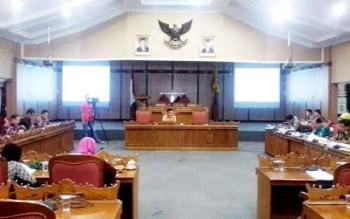 Beleg DPRD Kotim saat melakukan pembahasan Raperda inisiatif.