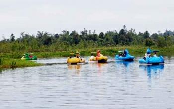 Wahana permainan sepeda air di Danau Malawen, objek wisata Sanggu.