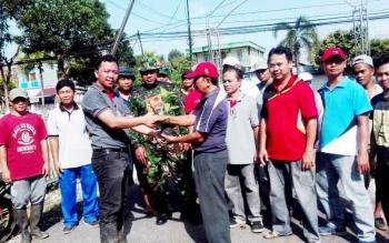 Penyerahan 200 bibit tanaman bibit cabai kepada kelompok perumahan berkat iklas satu oleh Lurah Selat Dalam Syaiful Fadjri sebelah kiri di terima oleh Soetedjo ketua RT.