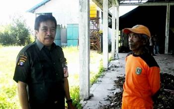 Kepala Dinas Perkimtan Kabupaten Katingan, Krisolit Elbaart bersama petugas kebersihan di TPA Kasongan.