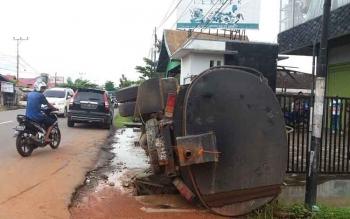 Sebuah truk pengangkut CPO terbalik saat parkir di tepi Jalan MT Haryono, Sampit, Minggu (26/3/2017)