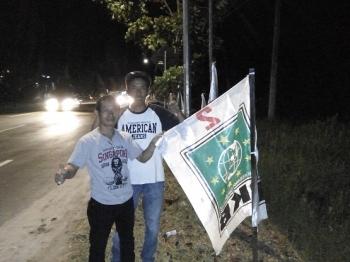 Sugianor dan Rusdianyah saat memasang Bendera PKB di Jalan Tjilik Riwut, Palangka Raya, Minggu (26/3/2017) malam