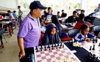 Ketua Percasi Kabupaten Mura, Pahala Budiawan, memantau turnamen catur antarpelajar di Stadion Mini, Kota Puruk Cahu, Senin (27/3/2017).