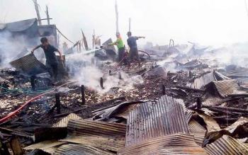Petugas Pemadam Kebakaran Kabupaten Barito Selatan memadamkan sisa api pada puing bangunan rumah warga yang terbakar di Desa Penda Asam, Kecamatan Dusun Selatan, Senin (27/3/2017).
