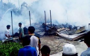 Kondisi rumah warga tinggal sisa puing sethanya sisa puing setelah terbakar, Senin (27/3/2017) sekitar pukul 13.15 WIB