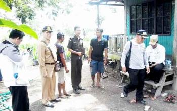Kejaksaan Negeri Kotim bersama Tim Audit PBS saat turun ke lokasi sawit ilegal di Kecamatan Seranau, Kabupaten Kotim, beberapa waktu lalu.