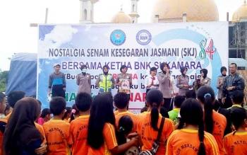 Anggota Polwan Polres Sukamara saat ikut berpartisipasi dalam kegiatan nostalgia SJK yang digelar BNK Sukamara di Lapangan Mini.