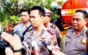 Kapolres Pulang Pisau AKBP Dedy Sumarsono saat diwawancarai wartawan terkait proses damai tumpahan CPO di Kecamatan Kahayan Tengah