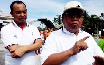 Bupati Sukamara, Ahmad Dirman saat diwawancari di halaman gedung serba guna.
