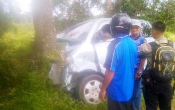 Mobil minibus dengan nomor polisi KH 1315 NC menabrak pohon di Jalan Tjilik Riwut, Km 28, Palangka Raya, Senin (27/3/2017) sekitar pukul 15.00 WIB.