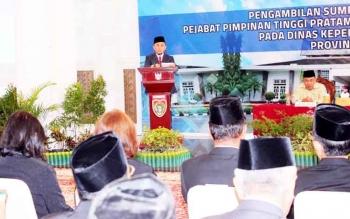 Gubernur Kalteng Sugianto Sabran saat memberikan sambutan pada pelantikan Jumat lalu. Ada 13 jabatan Kepala SOPD yang bergeser maupun yang menduduki dinas baru. Sementara untuk Sekda, Gubernur memotivasi dan memacu untuk mengejar prestasi sembari menjanji