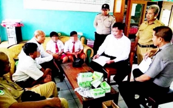 Siswa SDN 3 Candi, Kecamatan Kumai, Kabupaten Kobar, kedapatan mengisap rokok elektrik modifikasi di sekolah, beberapa waktu lalu.