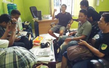 Sekretaris KONI Kabupaten Barito Utara Munawar Khalil memberikan keterangan kepada wartawan di ruang kerjanya, Selasa (28/3/2017).