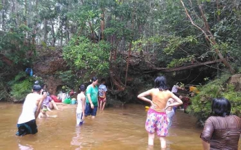 Warga saat berwisata di Sungai Saluhan , Kuala Kurun, Kabupaten Gunung Mas, Selasa (28/3/2017).