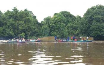 Warga menggunakan getek menggeser dua keramba ikan yang berada di dekat lokasi tenggelamnya Sahni alias Anit, warga RT 4 Kelurahan Raja Seberang Kecamatan Arut Selatan Kabupaten Kobar, Selasa (28/3/2017) sore.