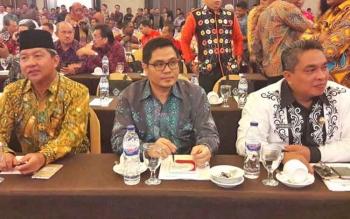 Wali Kota Palangka Raya, HM Riban Satia (kiri) mengikuti workshop Laporan Keuangan Pemerintah Daerah (LKPD) di Makassar.