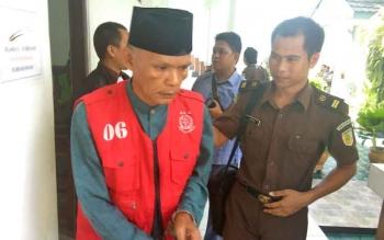 Muhammad Amin penipu spesialis toko emas digiring pihak kejaksaan kembali ke ruang tahanan setelah menjalani sidang, Rabu (29/3/2017)