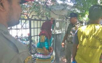 Satpol PP tengah menertibkan ibu-ibu yang berjualan di trotoar Jalan Sutan Syahrir Pangkalan Bun, Rabu (29/3/2017).