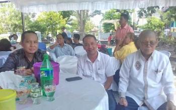 Dewin Marang (kanan) saat menerima tamu dari anggota DPRD Kotim Handoyo J Wibowo dan Syahbana, Rabu (29/3/2017).