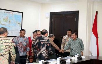 Menpora Imam Nahrawi (dua kanan) mengikuti rapat persiapan Asian Games 2018 yang dipimpin Wapres Jusuf Kalla, di Kantor Wakil Presiden, Jl. Veteran, Jakarta Pusat, Rabu (29/3/2017).