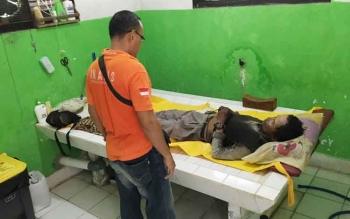 Anggota Polres Kobar saat mengidentifikasi jenazah Jenei di kamar mayat RSSI Pangkalan Bun, Rabu (29/3/2017).