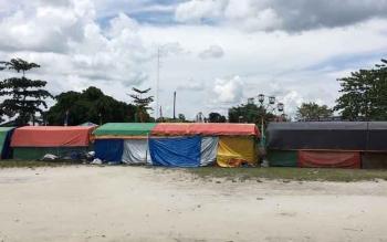 Tenda pasar malam yang berdiri di Lapangan Termili Kelurahan Raja, Kecamatan Arsel, Kabupaten Kobar.