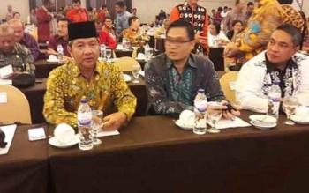 Wali Kota Palangka Raya, HM Riban Satia (kiri) mengikuti Workshop Pemantapan Pemeriksaan Dan Entry Meeting Pemeriksaan LKPD Tahun Anggaran 2016 Perwakilan BPK RI Wilayah Timur yang dilaksanakan di Grand Clarion Hotel dan Convention Makassar (29/3/2017).