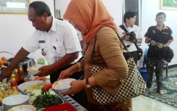 Wakil Wali Kota Palangka Raya Mofit Saptono Subagio bersama istri menikmati hidangan yang disediakan di kediaman Ketua Parisada Hindu Dharma Indonesia Kalimantan Tengah, Prof I Nyoman Sudyana, Rabu (29/3/2017).