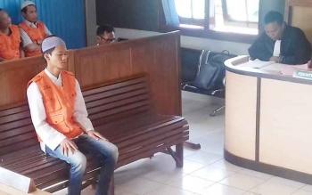 M Junaidi alias Ejon terdakwa kasus penganiayaan anak saat jalani sidang tuntutan.