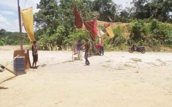 Warga Dusun Jaan, Desa Muara Inu Kecamatan Lahei saat melakukan pemortalan atau Hinting Pali di jalan utama PT Meranti Sembada.