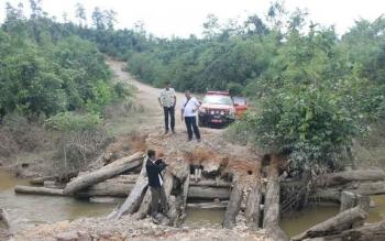 Beberapa anggota BPBD Kobar meninjau jembatan Babing yang ambrol minggu lalu.