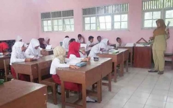 Suasana belajar murid sekolah dasar (SD).