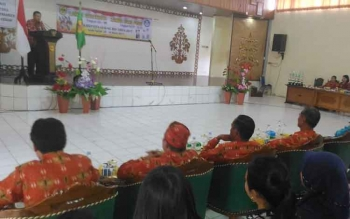 Asisten II Setda Gunubg Mas Yansiterson menyampaikan sambutan saat membuka lomba bercerita dan baca puisi, Kamis (30/3/2017)