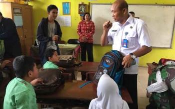 Petugas BNNK saat menyambangi murid SD.