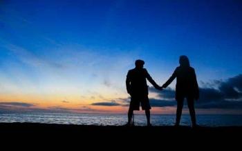 Keindahan panorama Pantai Tanjung Penghujan sangat eksotis, terlebih sunset dan sunrisenya. Nampak pengunjung yang sedang menikmati senja di pantai Tanjung Penghujan.