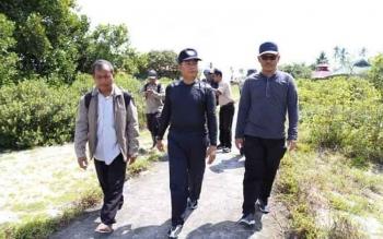 Bupati Seruyan Sudarsono (tengah) didampingi Kades Sungai Perlu Hasanudin (kiri) dan Kepala Bappeda Seruyan Bahrun Abbas (kanan), saat menyambangi Desa Sungai Perlu yang terisolir, belum lama ini.