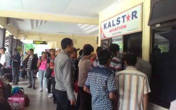 Penumpang antre di loket Kalstar Bandara Iskandar Pangkalan Bun.