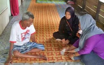 Petugas Dinkes Sukamara saat melakukan pendataan penderita TBC di wilayah ini.