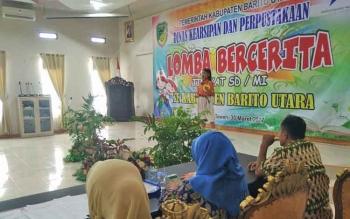 Salah seorang peserta saat bercerita di depan juri dan penonton