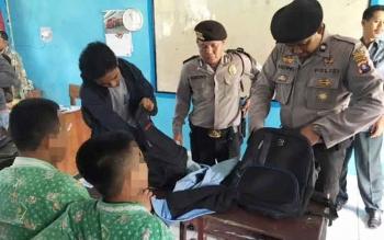 Polisi saat merazia siswa MTS Korindo, Kamis (30/3/2017)