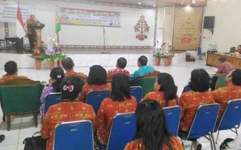Kepala DPKD Kabupaten Gunung Mas Yokdie menyampaikan laporan saat pembukaan lomba bercerita siswa SD/MI dan lomba baca puisi SMP dan SMA di GPU Tampung Penyang Kuala Kurun, Kamis (30/3/2017).