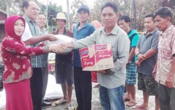 Ketua Komisi III DPRD Kabupaten Barito Selatan Idariani (jilbab merah) menyerahkan bantuan kepada korban kebakaran di Desa Penda Asam, Kecamatan Dusun Selatan, Kamis (30/3/2017).