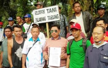 Ratusan warga Kecamatan Parenggean, Kabupaten Kotawaringin Timur (Kotim), melakukan demo dan menghentikan aktivitas perusahaan sawit PT Katingan Indah Utama (KIU) grup PT Makin, Kamis (30/3/2017). Adanya pemberhentian aktivitas PT KIU tersebut, dilakukan