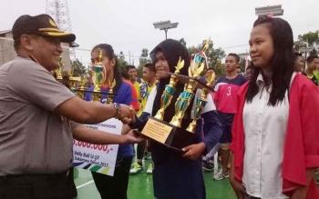 Wakapolres Sukamara, Kompol Rochmat Slamet saat memberikan hadiah kepada pemenang.