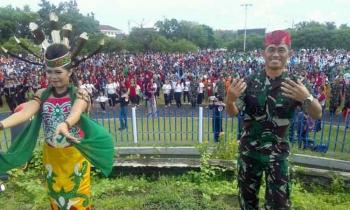Danrem 102/Pjg Kolonel Arm M Naudi Nurdika turut menari Manasai dalam rangka pemecahan rekor Muri di Bundaran Besar, Palangka Raya, Jumat (31/3/2017) pagi.