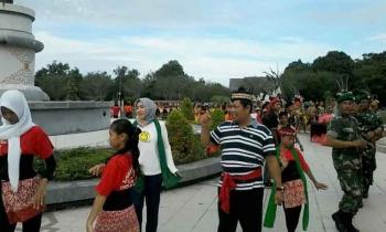 Bupati Ahmad Yantenglie dan istrinya Endang Susilawatie saat memimpin menari manasai di bundaran kantor bupati setempat, Jumat (31/3/2017).