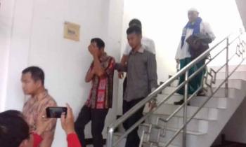 Riyadi Junniardi (batik merah) saat ditahan oleh JPU Kejari Kotim.